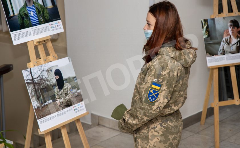 В Днепре открыли гендерно-военную фотовыставку