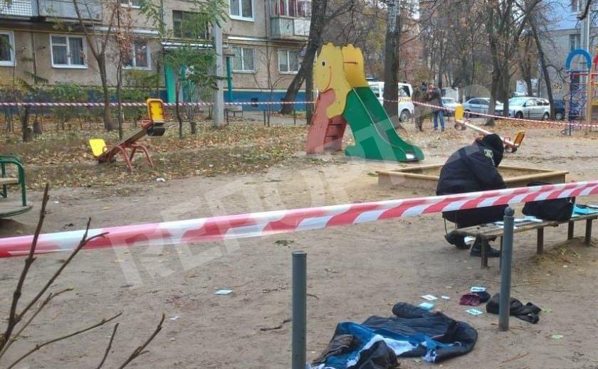 В Харькове недоумок забросал бывшую гранатами, одну из которых взорвал на детской площадке