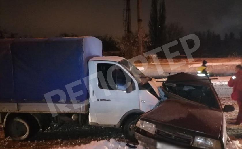 В Днепре фургон протаранил легковушку, пострадали два человека
