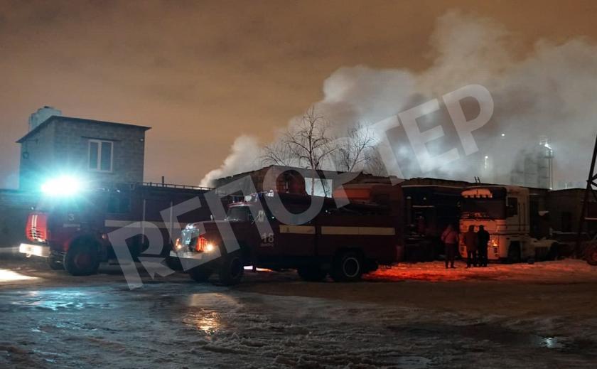 В Днепре 16 спасателей тушили пожар в гараже