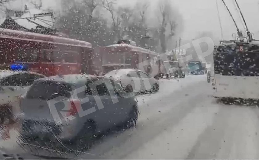 В Днепре трамвай сошел с рельсов, зацепив иномарку