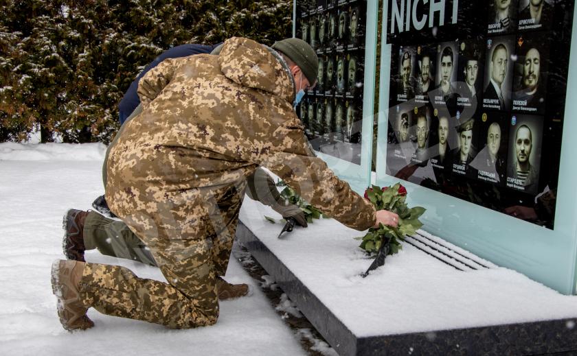 Днепр почтил память погибших под Дебальцево
