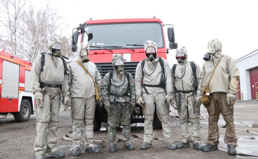 Люди с противогазами гарантируют жителям Днепропетровщины безопасность ФОТО