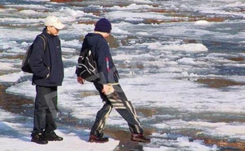 В Днепре подростки форсировали реку по льду