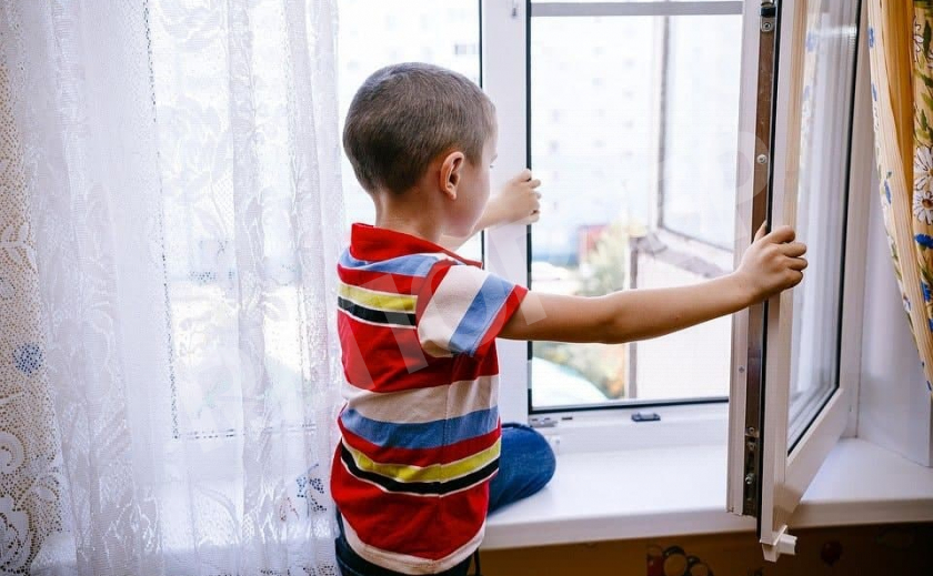 В Кривом Роге ночью мальчик выпал из окна, отец был пьян