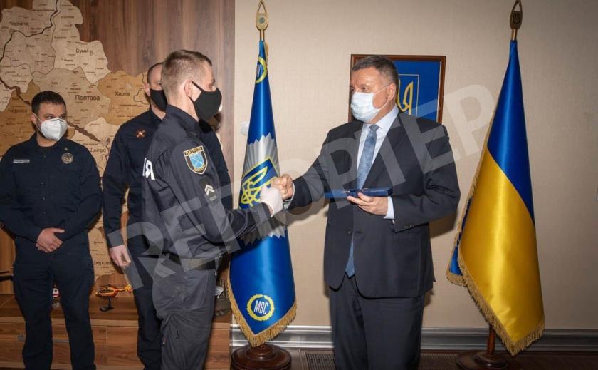 Министр наградил стражей порядка, спасших четверых тонувших днепрян