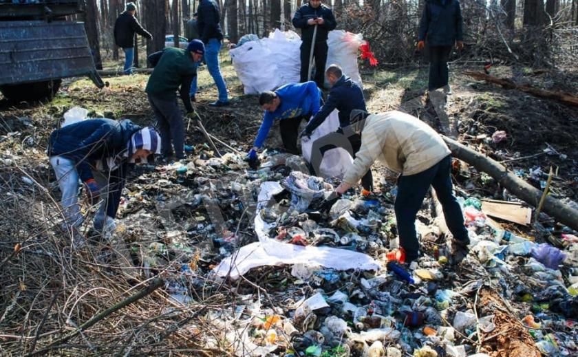 Под Новомосковском активисты вывезли 5 тонн мусора из леса Орловщины