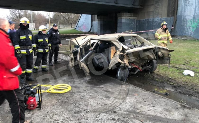 На въезде Южного моста водитель BMW врезался в столб, его заблокировало в авто