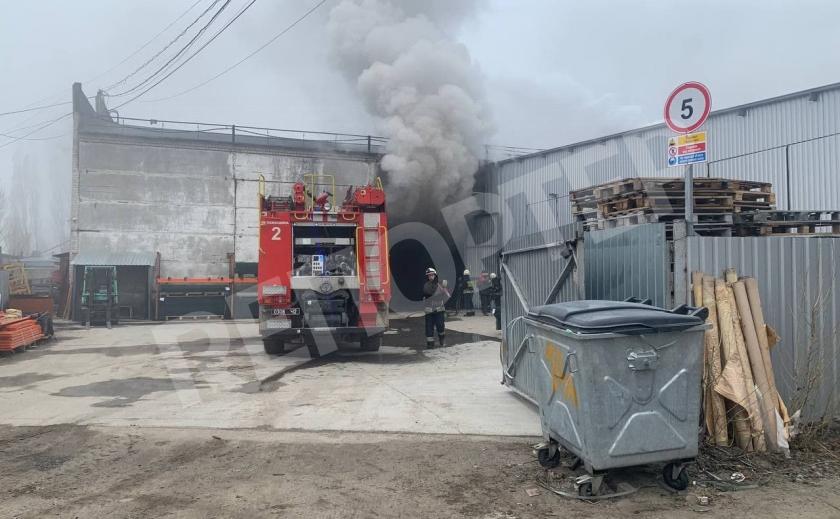 В Днепре губки для мытья посуды сожгли склад предприятия. С огнем боролись более 40 пожарных
