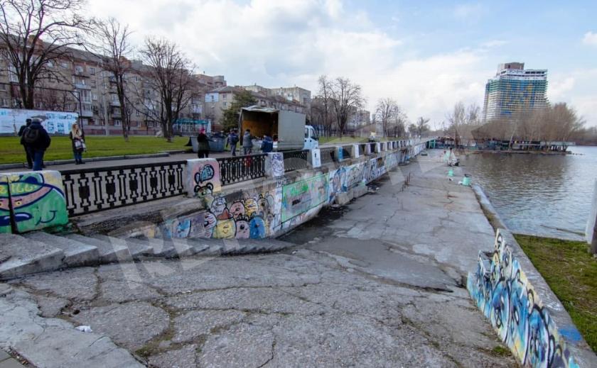 Рискуя жизнью. Какими граффити украсят набережную Днепра?