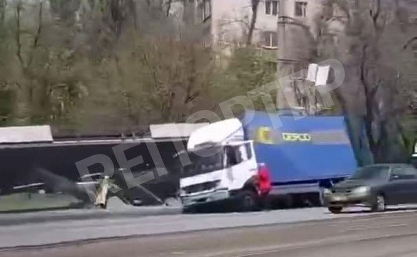 В Днепре грузовик снес остановку