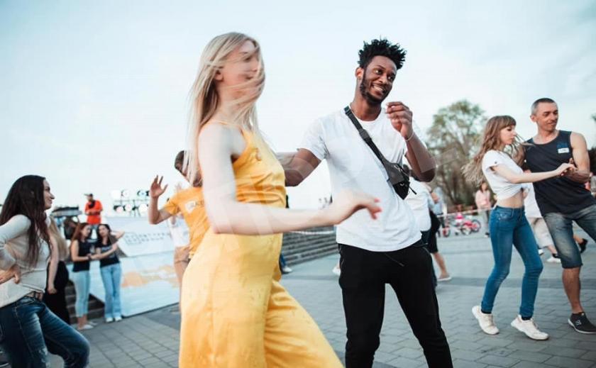 КУДА ПОЙТИ: Днепрян зовут танцевать вечером на набережной