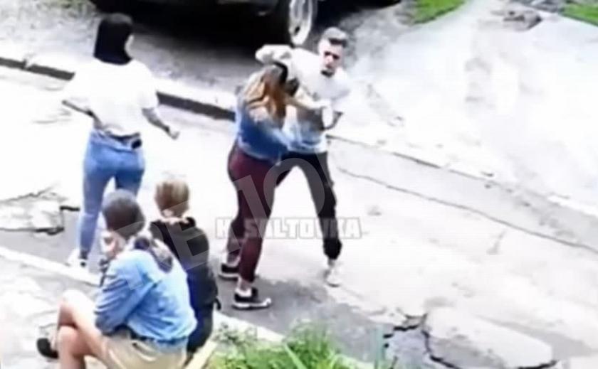 Харьковчанин жестоко избил 14-летнюю девушку на глазах у ее сверстников. Появились подробности