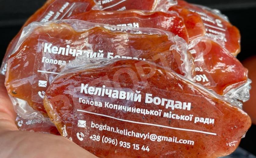 «Визитка мэра колбасной столицы». Мэр городка на Тернопольщине сделал визитки из вяленого мяса