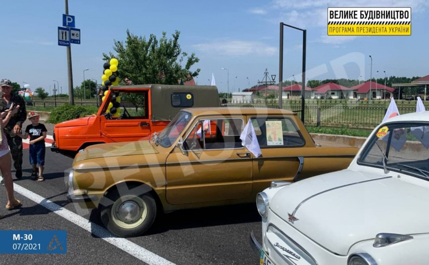 Украинские ретрокары испытали на прочность отремонтированную трассу М-30 под Днепром