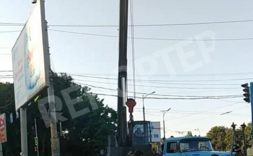 Во время незаконных действий коммунальщиков по демонтажу рекламных бордов были повреждены провода энергосистем