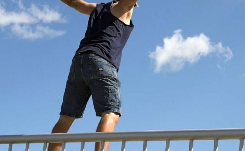 На Кайдацком мосту в Днепре спасли 25-летнего хронического суицидника