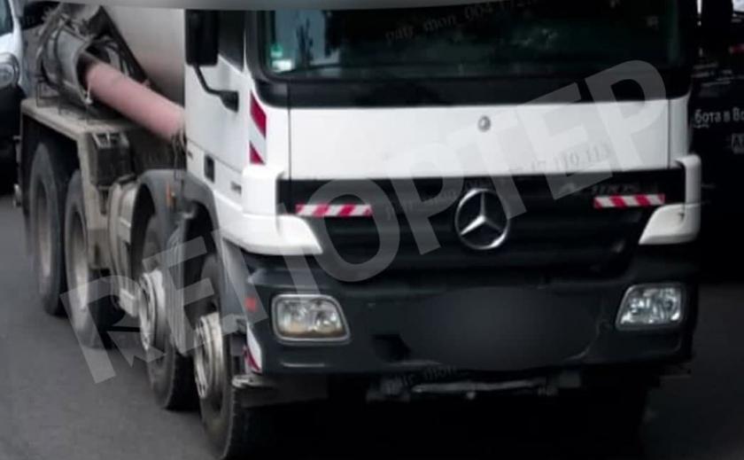 В Днепре водитель-вредитель залил дорогу цементом