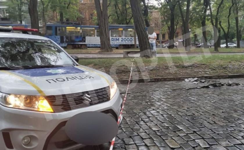 Взрыв в центре Днепра: «вздутая» брусчатка и разлетающиеся кирпичи