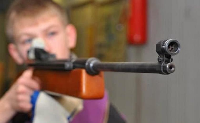 В Днепре ребенок выстрелил в себя из ружья