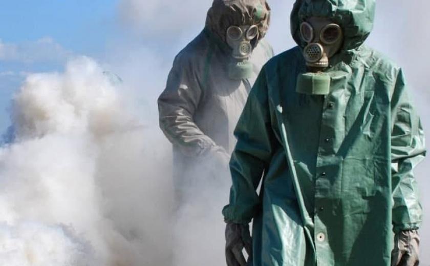 В Днепре на Набережной Заводской работали спасатели в защитных костюмах