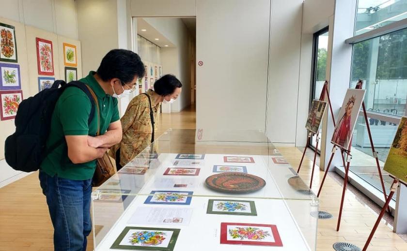 В Токио открыли выставку петриковской росписи