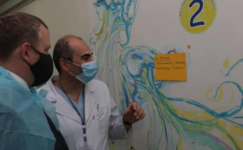 В Днепре американские врачи помогают оперировать детей с ожогами