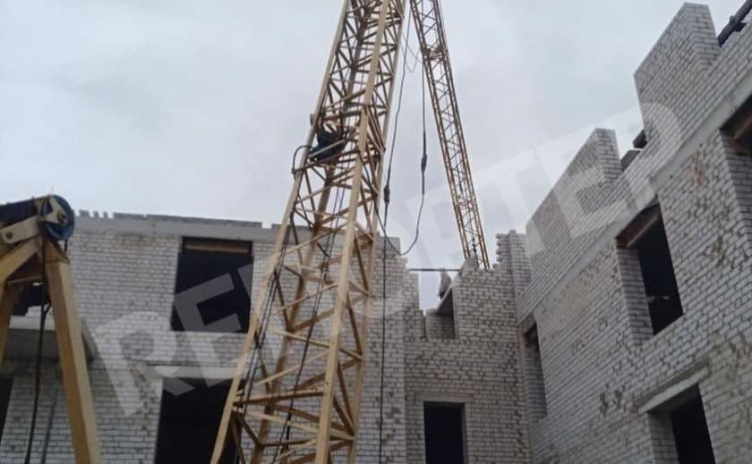 В Днепре на строительстве завалился кран