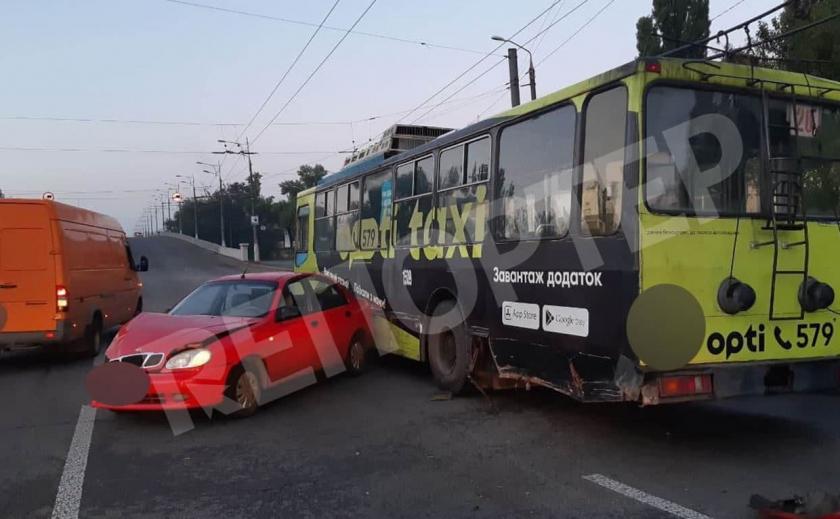 В Днепре произошло ДТП с участием троллейбуса и легкового автомобиля: один из водителей был пьян