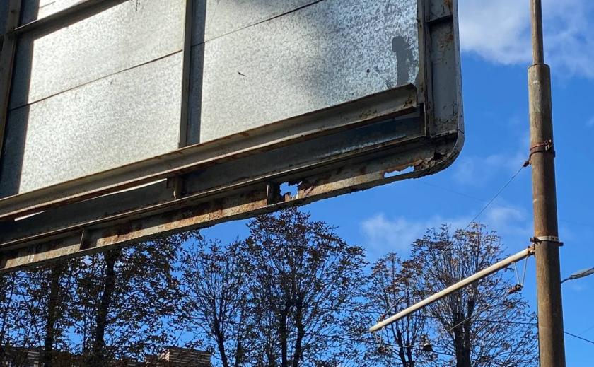 В Днепре аварийный билборд компании племянника Геннадия Корбана угрожает жизни прохожих