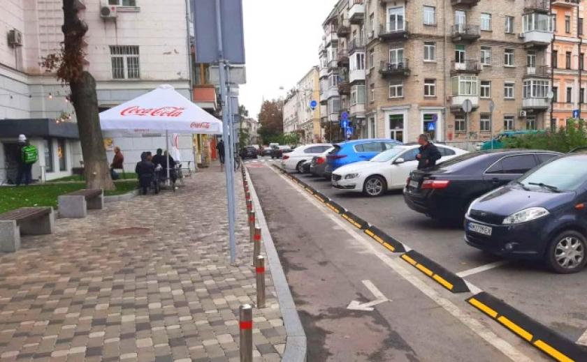 В Украине впервые установили резиновый борт для отделения велополосы от зоны парковки