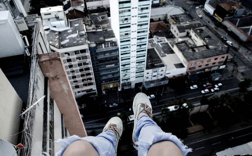 В Днепре при загадочных обстоятельствах из окна многоэтажки выпала 12-летняя девочка – подробности
