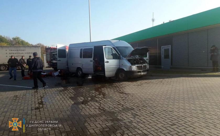 Под Днепром загорелся микроавтобус: есть погибший