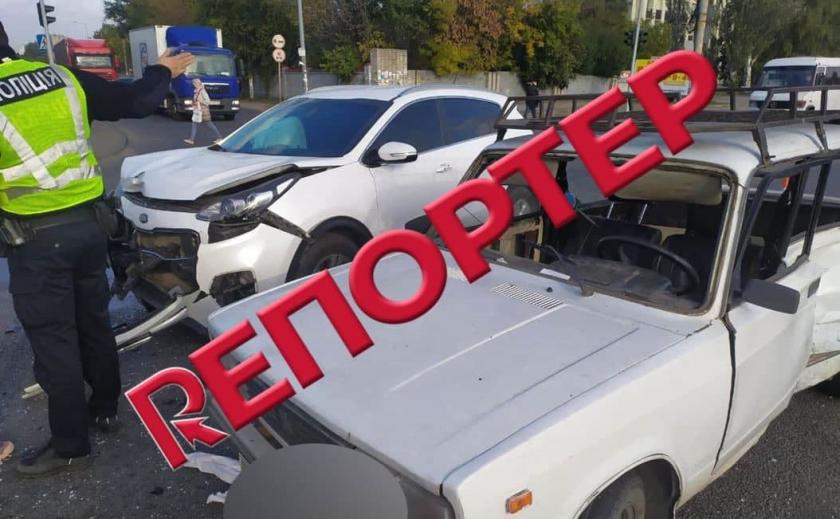 Видео момента: в Днепре иномарка протаранила автомобиль «ВАЗ»