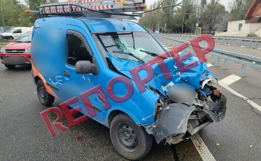 В Днепре не разминулись автомобиль и экскаватор: пассажира автомобиля госпитализировали