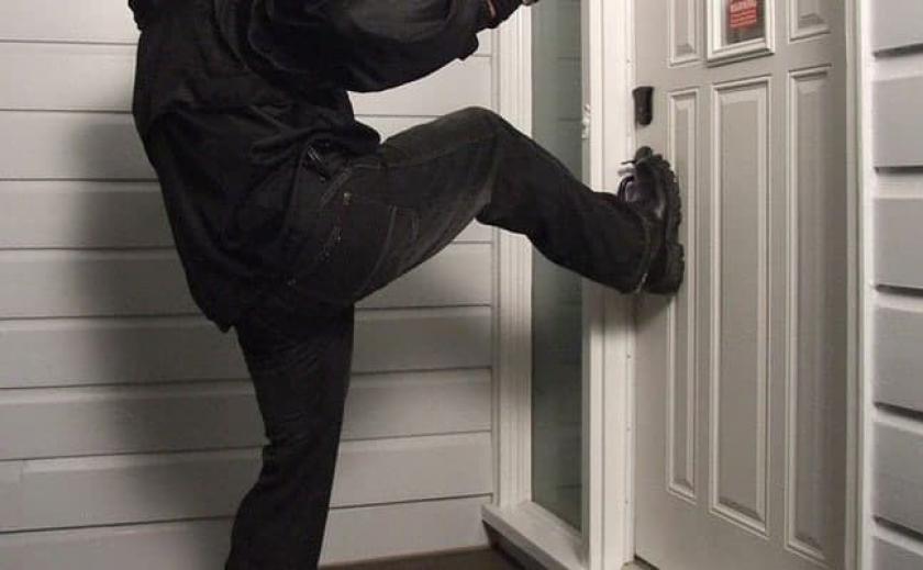 В Днепре бывший парень с кастетом ломился к женщине в квартиру