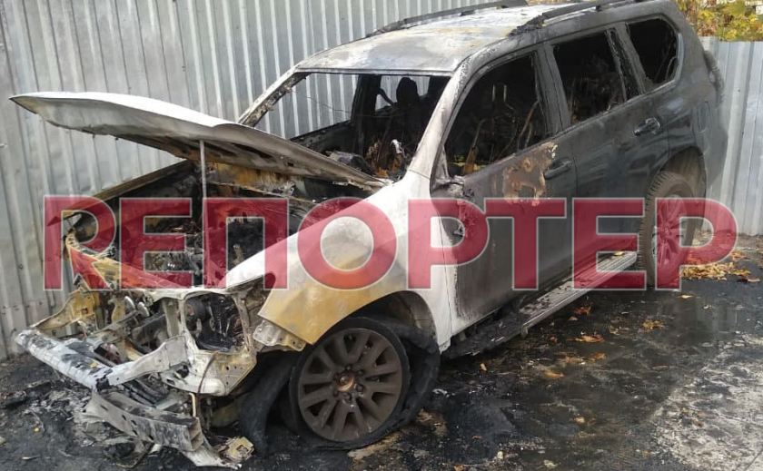 В Днепре неизвестный облил автомобиль горючей смесью и поджег