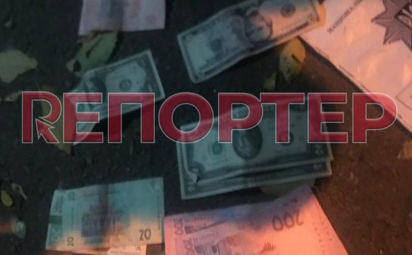 Видео момента: в Днепре ночной грабитель избил прохожего и отобрал сумку с долларами