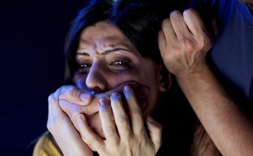 Ударил и заставил раздеться: в Днепре на массажистку напал насильник