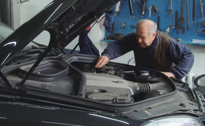 В Днепре 86-летний знаток совесткого автопрома учит молодежь на СТО