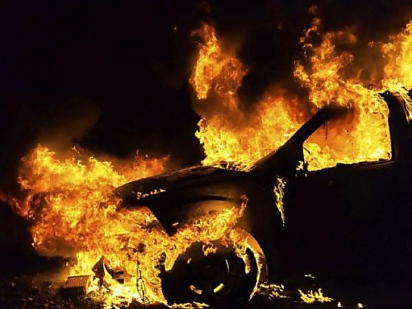 В Днепре машина сгорела на ходу, водитель и пассажир чудом не пострадали ВИДЕО