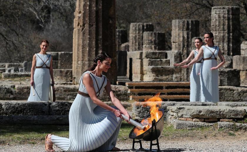 Олимпийский огонь в Олимпии зажгли без зрителей ФОТО ВИДЕО