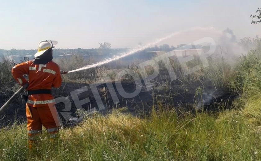 На Днепропетровщине спасатели три часа гасили возгорание сухой травы