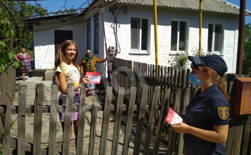 Спасатели Днепропетровщины разносили листовки по домам