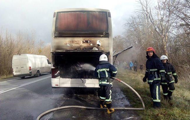 Ночью в Кривом Роге на ходу загорелся автобус ВИДЕО