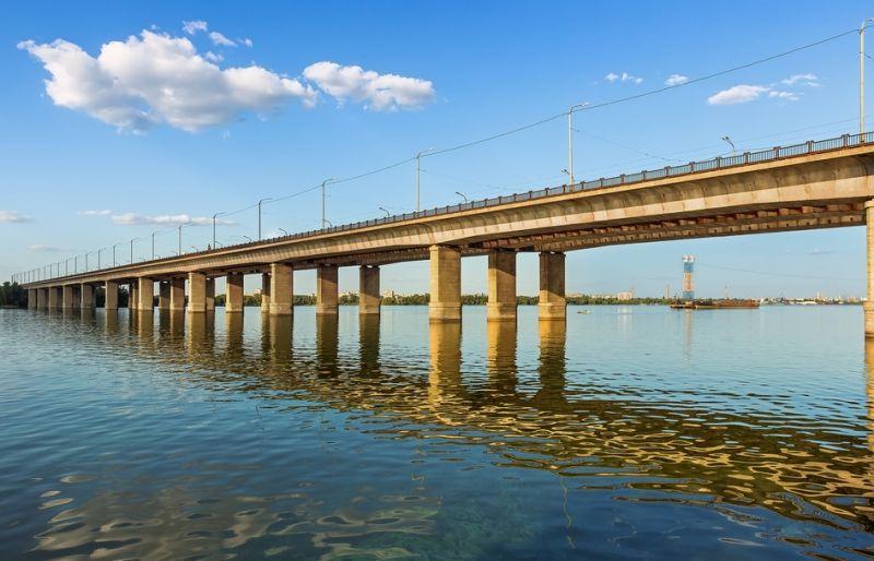 Весеннее обострение? Женщина сиганула с моста в Днепр и едва спаслась ФОТО