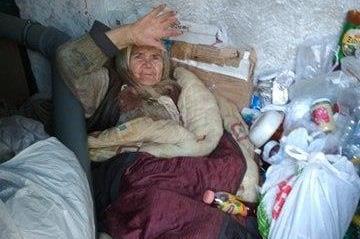 Соцслужбы, ау! В Днепре бабушка год живет под окнами своей квартиры ФОТО