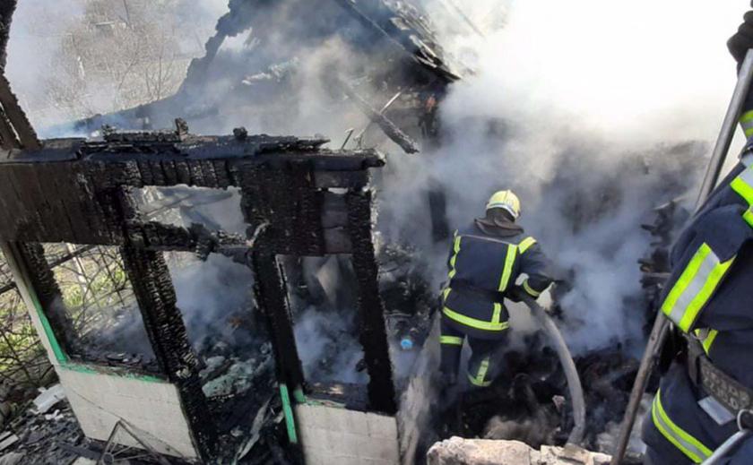 На Днепропетровщине в одном из старых домов напрочь сгорела крыша ФОТО