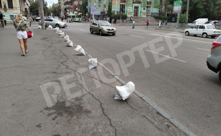 Кто и зачем поставил белые мешки на тротуарах Днепра?