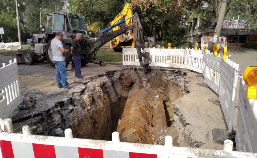 В Днепре перенесли остановку к ресторану и вырыли огромную яму